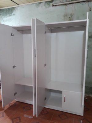 Nội thất bên trong tủ được chia thành 2 buồng to. phần treo quần áo trên gồm 2 thanh treo. tầng duwois để gấp đồ