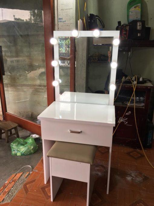 bàn trang điểm có đèn